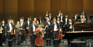 Die Pianistin Maria Joao Pires und das London Symphony Orchestra (ML Daniel Harding) während eines Konzertes Im Festspielhaus Baden-Baden am 13.12.2015