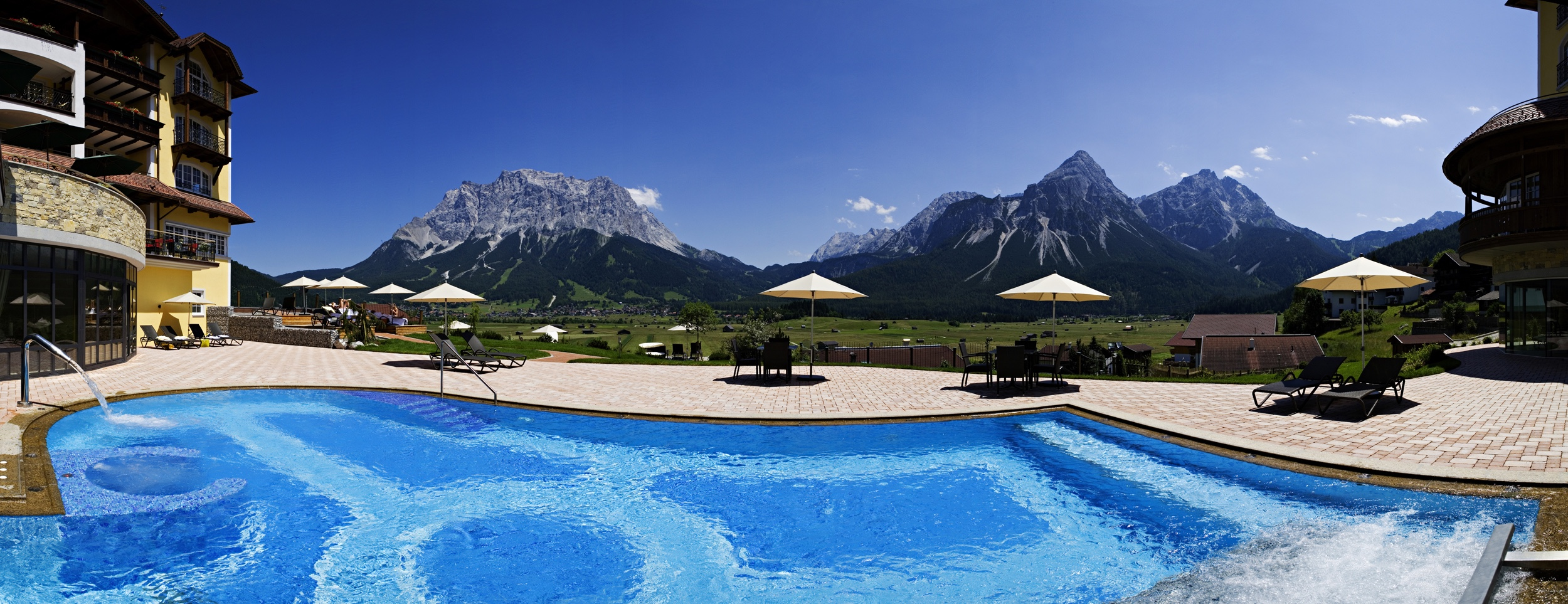 4-Hotel-Post-Pool-mit-Zugspitze-und-SonnenspitzeII