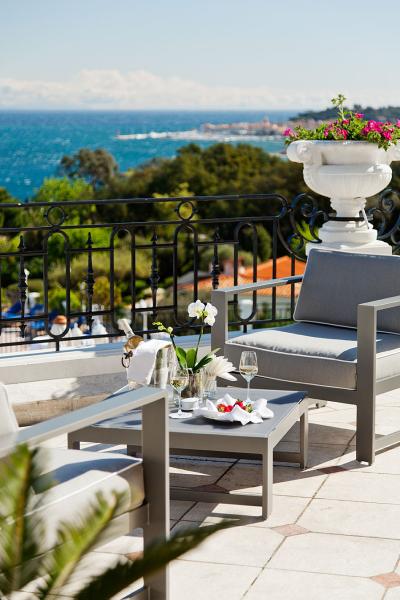 Villa-Belrose-Terrace-Bar-400x600